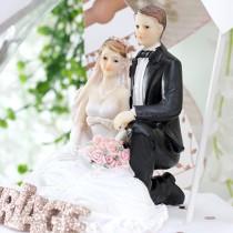 1 COUPLE MARIÉS AGENOUILLÉS